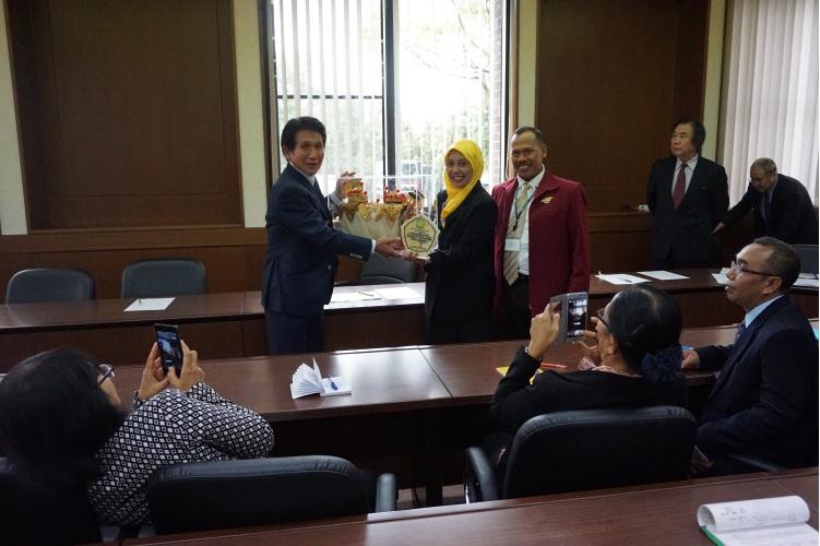 Penyerahan kenang-kanangan dari Poltekkes Jurusan Keperawatan Denpasar kepada Gunma University berupa barong khas Bali dan Plakat Jurusan keperawatan